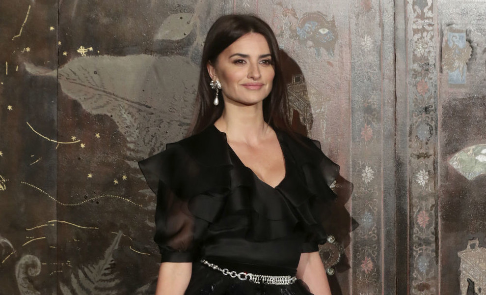 Penélope Cruz reinventa el 'little black dress' con una versión más sofisticada