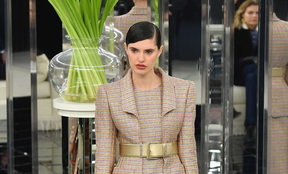 Chanel: tweed, brillos y plumas