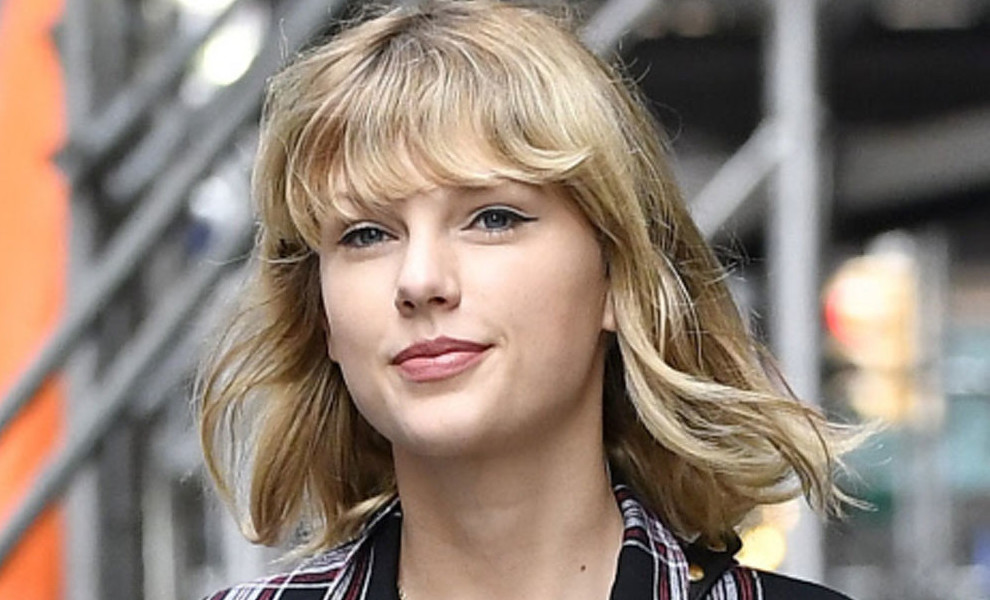 Taylor Swift combina distintos tonos de denim en un total look