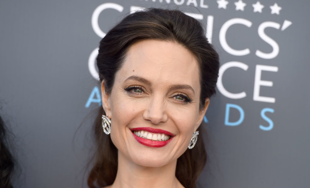 Angelina Jolie elige por una vez el blanco para los Critics' Choice Awards
